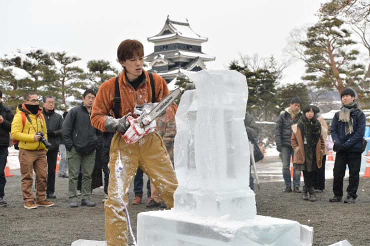 多くの観客が見守った氷彫制作の実演