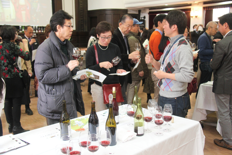 イベントで東御市産のワインを試飲する人たち