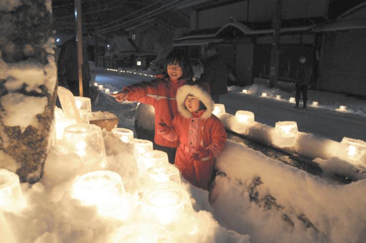 アイスキャンドルの明かりを楽しむ子どもたち=大桑村須原