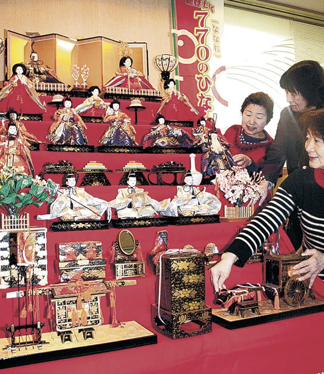 770のひな人形展に向け、一足早く飾られたひな人形=フォーラム七尾