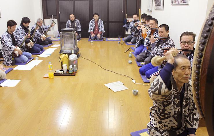 和太鼓(右手前)のリズムに合わせ、三味線と笛の旋律を重ねるメンバー=今町公民館