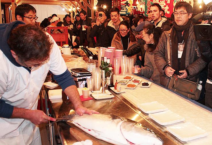 パーティーで行われたブリの解体ショー=ひみ漁業交流館魚々座