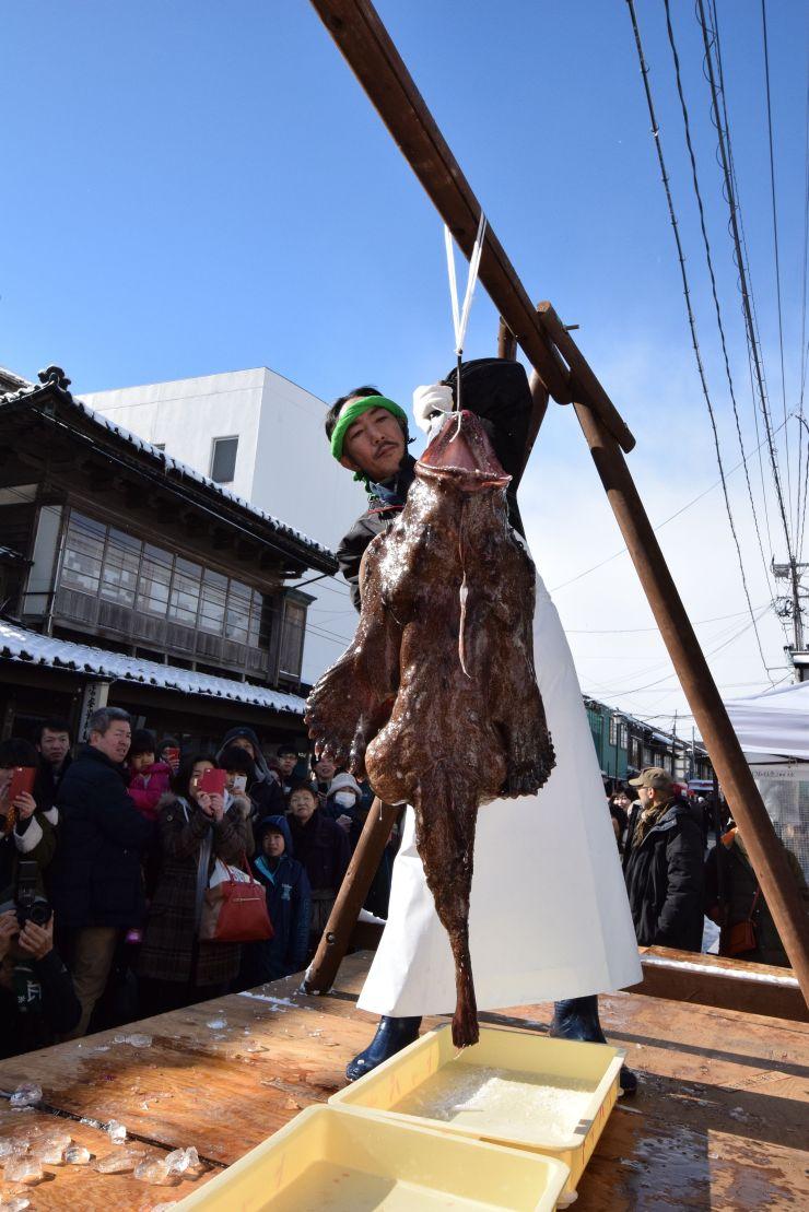 手際よく切り分けられたアンコウのつるし切り=24日、糸魚川市本町