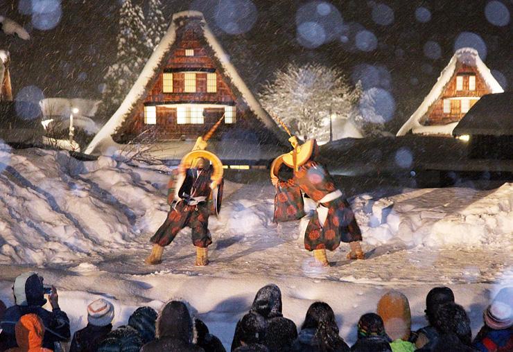合掌造り家屋をバックにした菅沼集落の雪上ステージで、昨年2月に披露された五箇山民謡「こきりこ」