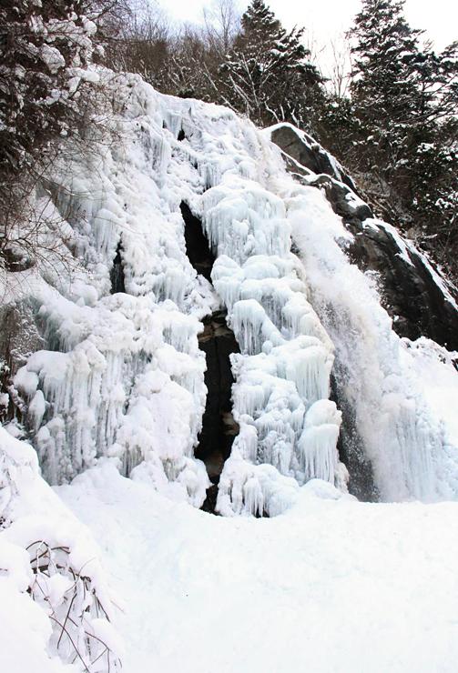 水流の大部分が凍った高森町の不動滝=25日午後1時52分