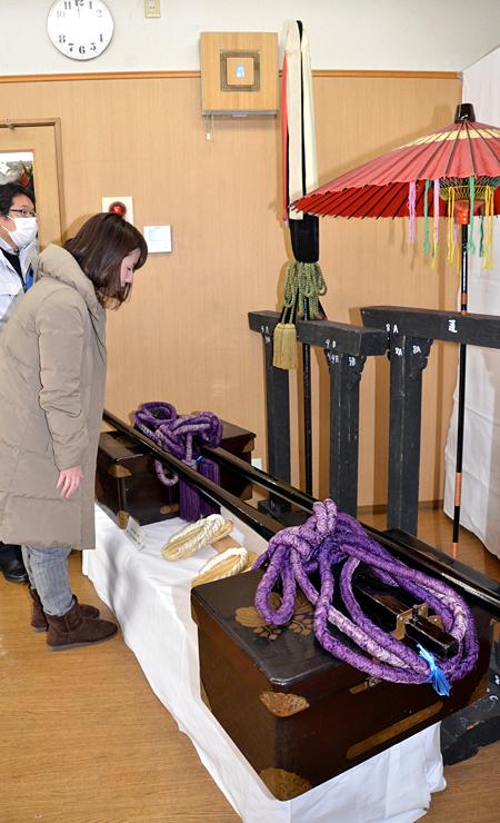 「大名行列」の諸道具を展示する飯田市知久町のお練りサロン