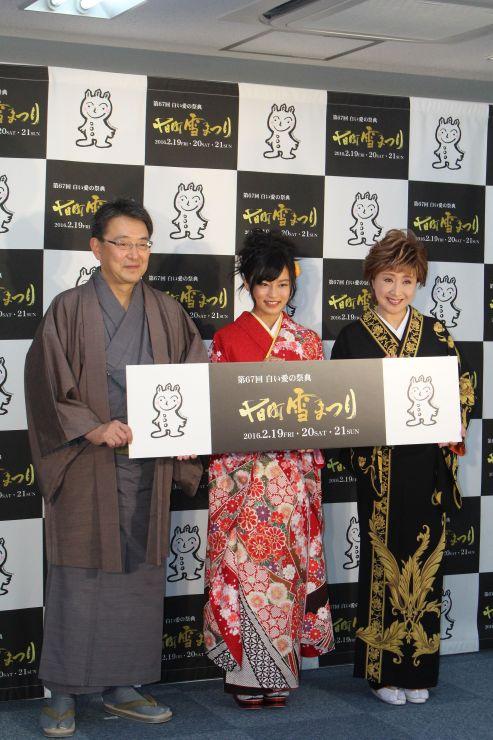 十日町雪まつりの見どころをPRする小島瑠璃子さん(中央)と小林幸子さん(右)、関口芳史・十日町市長=25日、東京都