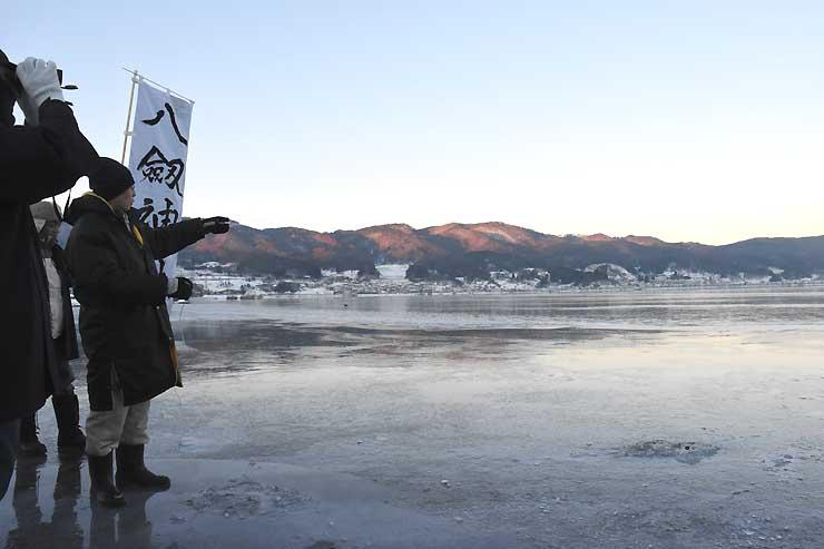 諏訪湖面に立ち、結氷の状況を確認する八剣神社の宮坂宮司と氏子=26日午前7時6分、諏訪市豊田