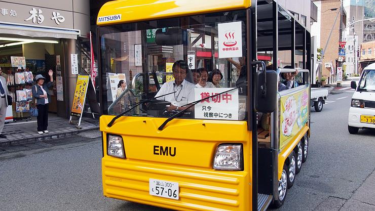 宇奈月温泉街を走る電気バス「EMU」