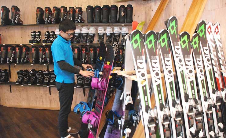 貸し出し用のスキー板やスノーボードが並ぶ店内