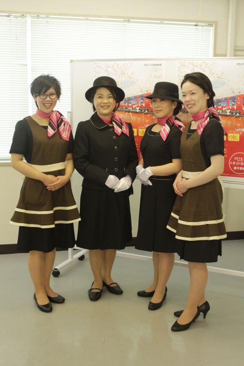 えちごトキめき鉄道のリゾート列車の制服を披露した接客スタッフ=27日、上越市東町1