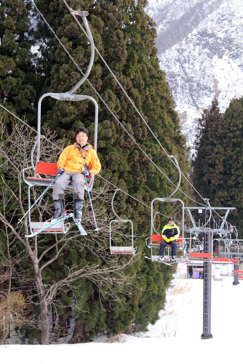 オープン初日に訪れ、リフトに乗るスキー客