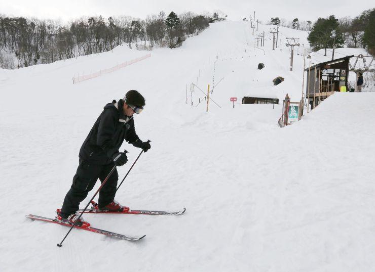 営業初日の滑りを楽しむ地元スキーヤー=28日、上越市の金谷山スキー場