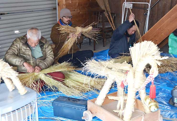 講習会でわら馬作りに取り組む戸沢地区の住民ら
