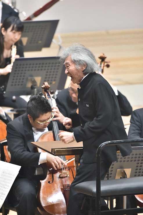 昨年9月に行われたオーケストラコンサートで指揮する小澤征爾さん=松本市
