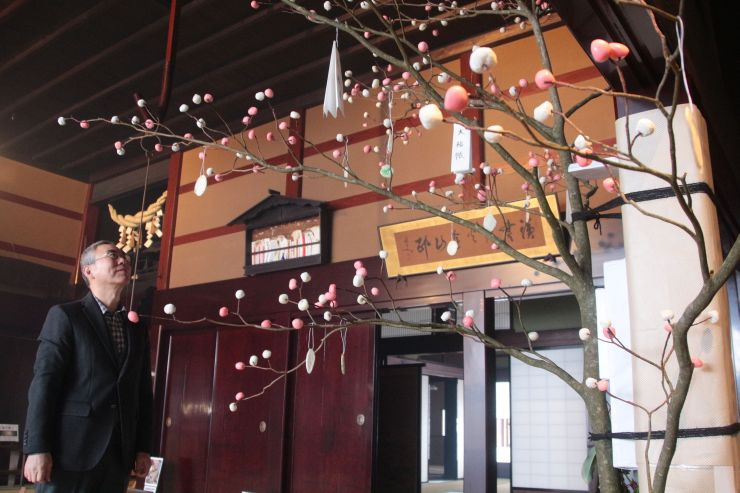 渡辺邸に飾られた「団子の木」=1日、関川村下関