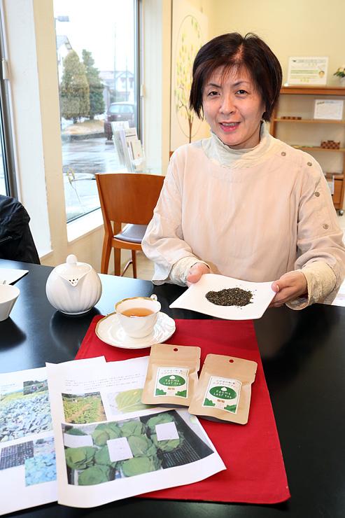 エゴマの葉が入った県産紅茶を手にする下田さん=富山市町村の「暮らし工房WISTA」