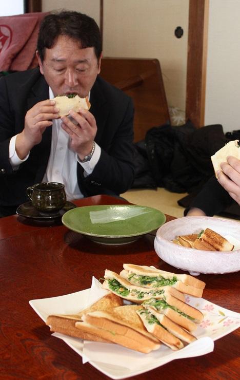 新メニューの第1弾となる山菜サンドを試食する商工会の職員=2日、魚沼市大白川