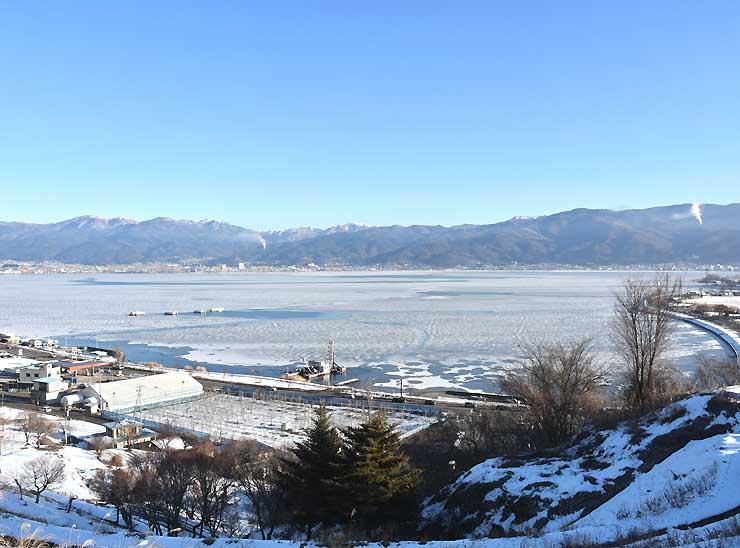 「明けの海」の可能性が高まった諏訪湖=3日午前8時すぎ、諏訪市