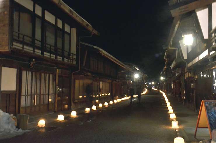 建物に沿ってアイスキャンドルがともされた奈良井宿アイスキャンドル祭り
