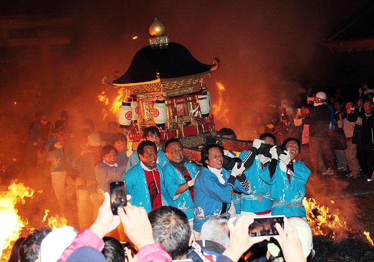 昨年10月に行われた生地たいまつ祭り