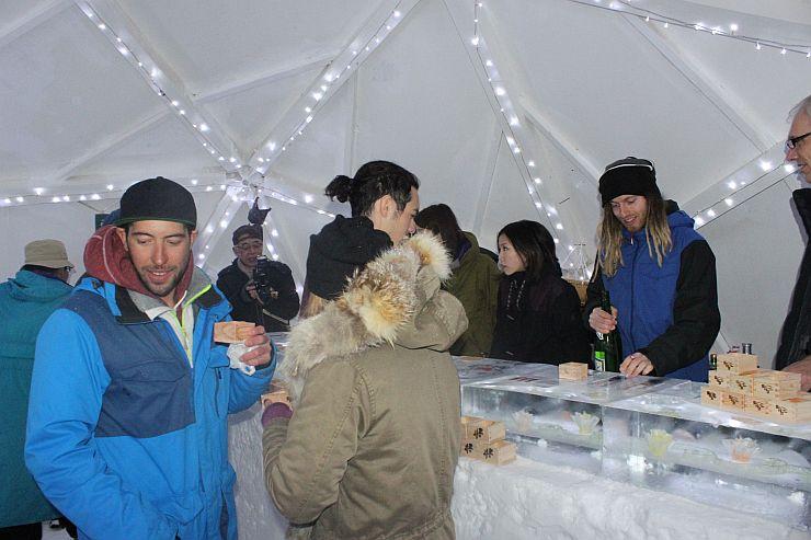 外国人客や日本人客が一緒に妙高市の地酒を楽しんだ雪酒場=1月22日、妙高市の赤倉観光リゾートスキー場