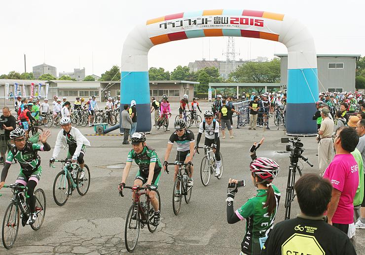 ゲートをくぐり抜け次々とスタートする参加者=富山競輪場(2015年5月31日)
