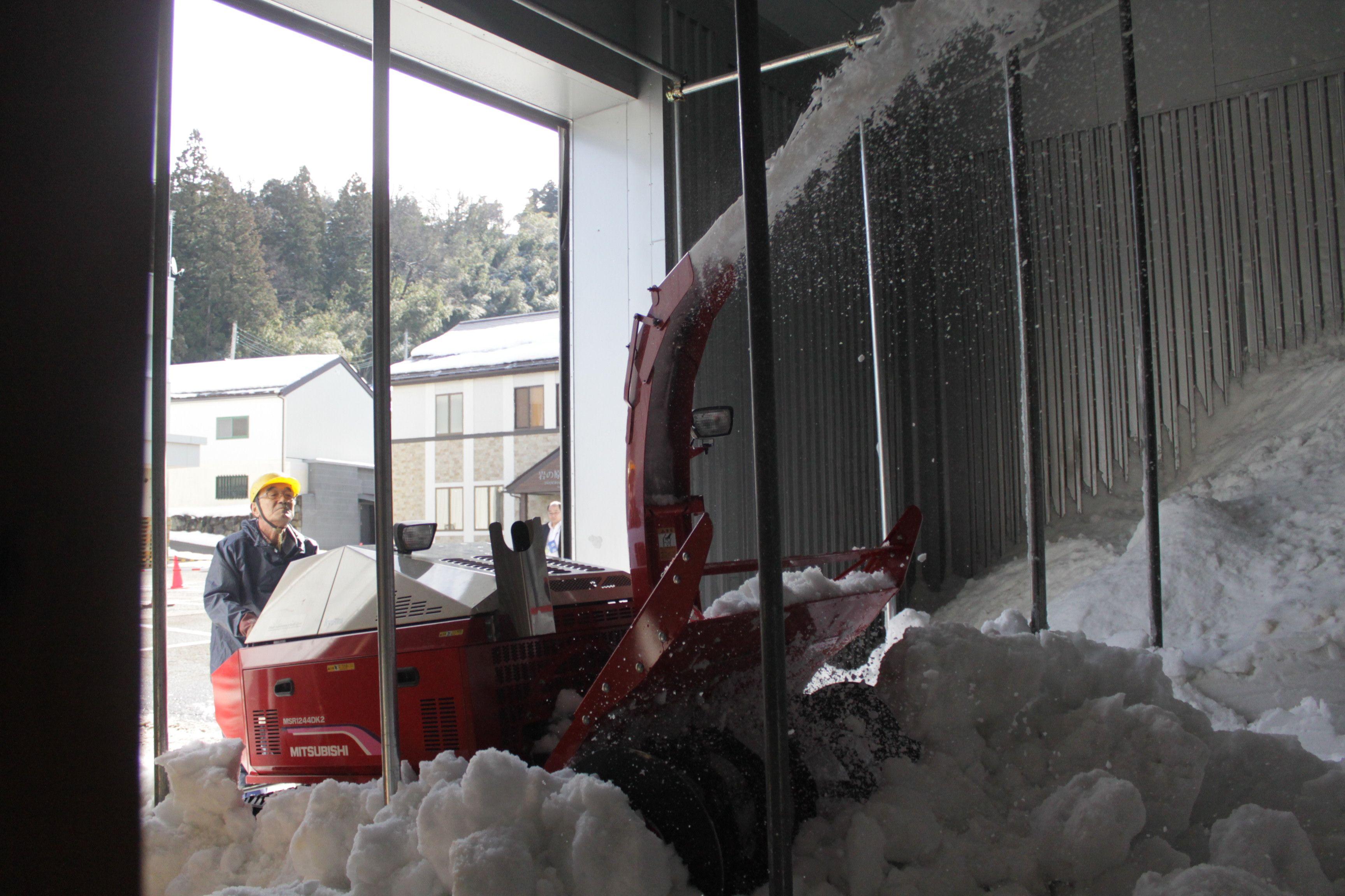 除雪機で行われた雪室への雪入れ作業=4日、上越市北方の岩の原葡萄園