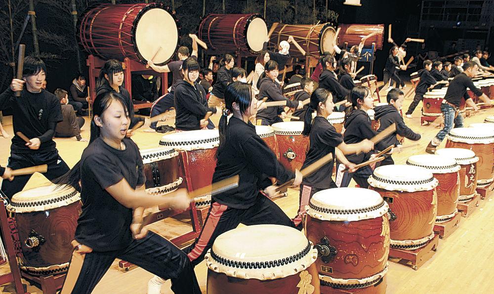 最後の練習に励む出演者=津幡町文化会館「シグナス」