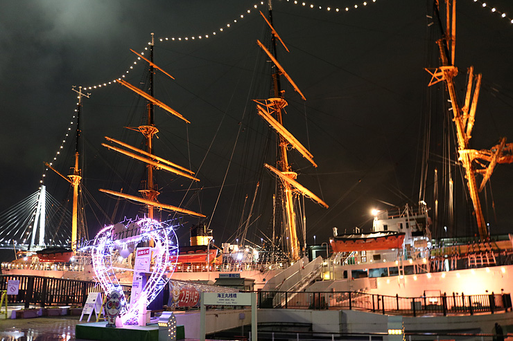 美しくライトアップされた海王丸と乗船口に設置されたハート型のイルミネーション=海王丸パーク