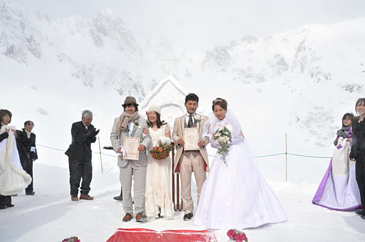 「純白の結婚式」で挙式したカップル2組