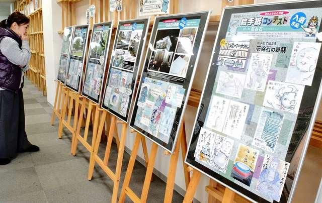 絵手紙と写真で笏谷石を紹介しているパネル巡回展=3日、福井市中央1丁目の「ふく+」