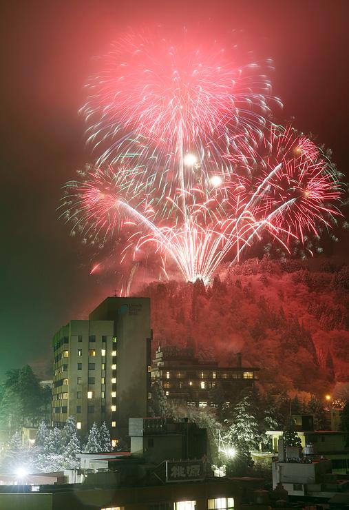冬の温泉街を鮮やかに彩った花火=黒部市宇奈月温泉(多重露光)