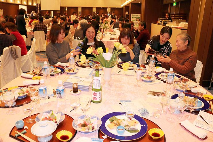 越中料理と地酒を味わう参加者=ホテルニューオータニ高岡