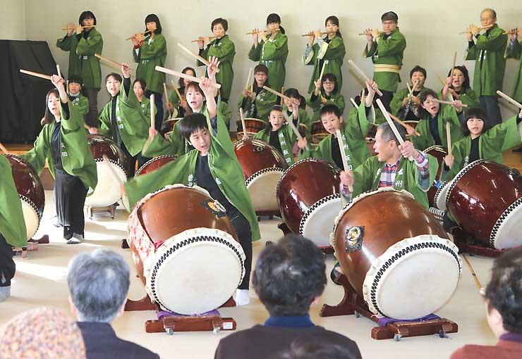 太鼓や笛を披露する橋北屋台囃子保存会の会員ら