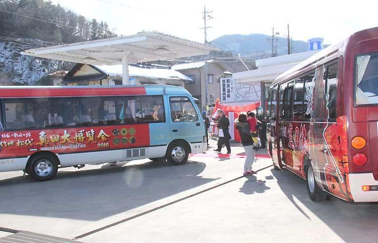 信州観光バスが運行する「戦国浪漫真田旅」のバス(右)と、長野市が運行する「絆ライナー」のバス