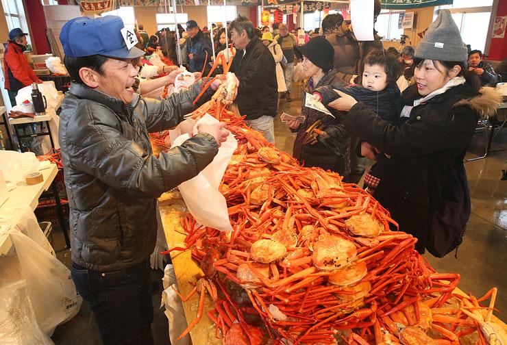 新鮮なベニズワイガニを買い求める人でにぎわう会場=魚津市の海の駅・蜃気楼
