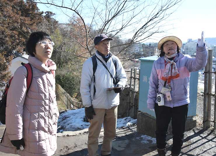 上田城跡公園で活動する上田地域シルバー人材センターの観光ガイド(右)