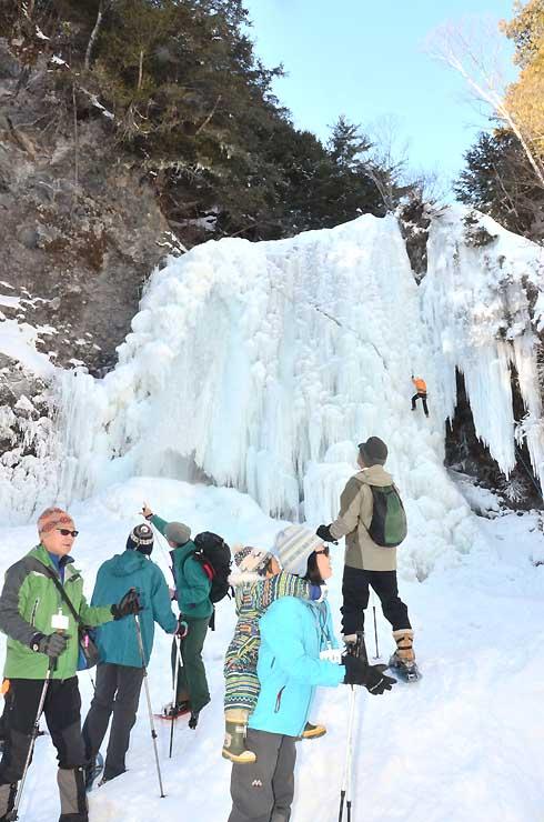 乗鞍高原の「善五郎の滝」を見学するツアー参加者ら=8日、松本市