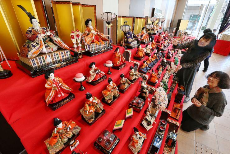 ひな人形が飾られ、街を華やかにした「城下町高田・本町ひなめぐり」=8日、上越市本町5のあすとぴあ高田
