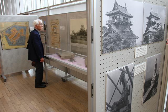 国宝化を目指す丸岡城に関する写真や絵図を並べた企画展=29日、福井市の県立図書館