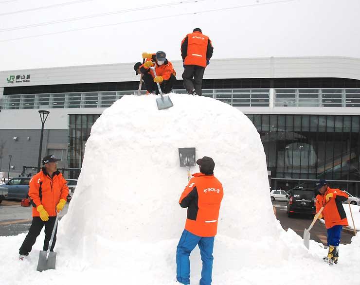 飯山駅前でかまくらを造る「かまくら応援隊」の隊員