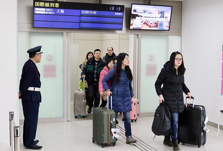 上海便で富山空港に到着した中国人観光客ら