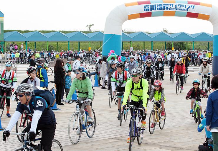 昨年4月に行われた富山湾岸サイクリング=海王丸パーク
