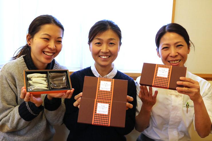 「干し柿スティックショコラ」を手にする(左から)川合さん、坂井智子さん、西野さん