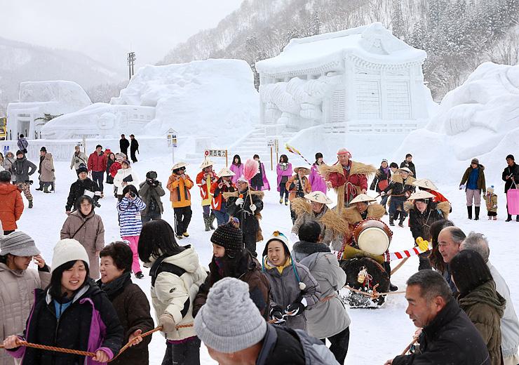 雪像が並ぶ広場で行われた丑曳き=昨年2月、利賀国際キャンプ場