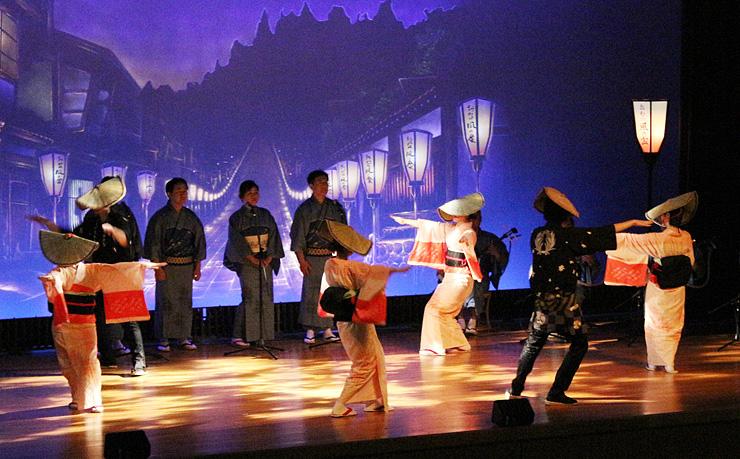 夜の町流しの風情を再現して演じるおわらの踊り手=昨年2月、越中八尾観光会館