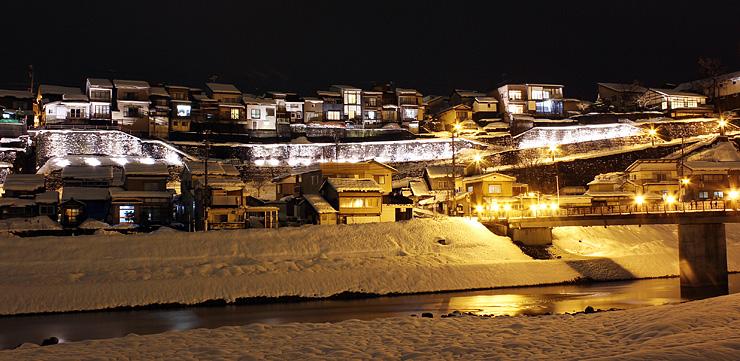 ライトアップされた禅寺坂周辺の石垣やその上に立つ家々=昨年2月、富山市八尾町西町