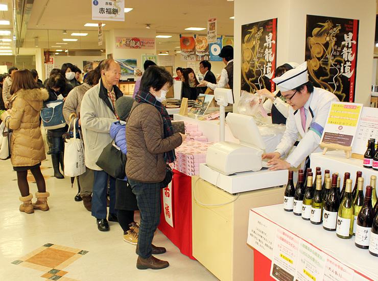 大勢の買い物客でにぎわう会場。赤福の販売コーナーには行列ができた=高岡大和