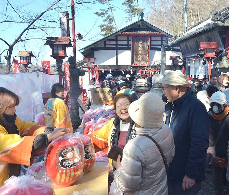 社殿(奥)の屋根などが修復されて初の初午祭でにぎわう鼻顔稲荷神社